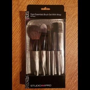 Studio M Pro face brush set with wrap